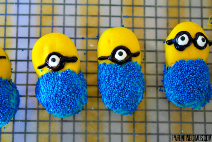 Easy Minion Cookies -- No Baking!