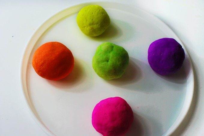 This Glow in the Dark Play Dough is super AMAZING!