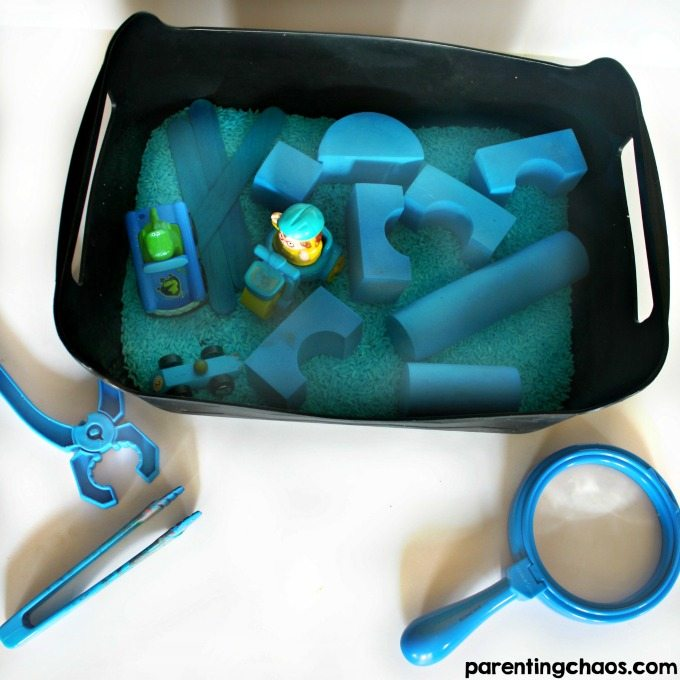 When kids begin to explore color or shape, it can be confusing. Activities like this blue sensory bin are a super fun way to introduce colors to kids!
